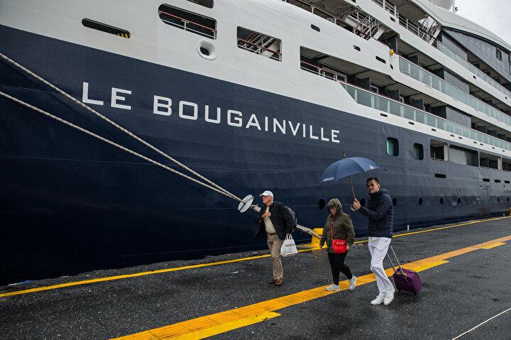 Bu da şu ana kadar yapılmış kruvaziyer gemilerinden ayrılmasına sebep oluyor. Butik bir kruvaziyer gemi. Bu yüzden de fiyatlar kişi başı 10 bin Avrodan başlıyor. Orta ve üzeri gelir grubuna hitap ediyor. Yolcular ortalama olarak da gemiden ayrıldıklarında İstanbulda 3-4 bin Avro civarında harcama yapıyor. Bu da turizm de ulaşmak istediğimiz hedef. Ayrıca böyle bir gemiyi limanımızda ağırladığımız için Zeyport olarak bugün çok mutluyuz diye konuştu.