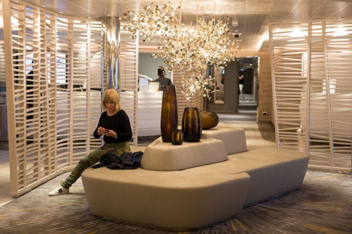 Yolcular için birçok detayın düşünüldüğü gemide spor salonu, sauna, kuaför, mağaza hatta fotoğraf galerisi yer alıyor.