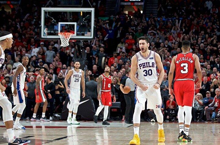 Futbolun dışında bir güzel haberde NBAden geldi. Milli basketbolcu Furkan Korkmaz, Philadelphia 76ersin Portland Trail Blazersı deplasmanda 129-128 yendiği maçın son saniyesinde sahneye çıktı. Furkan, dip köşeden attığı üçlükle takımını galibiyete taşıdı.
