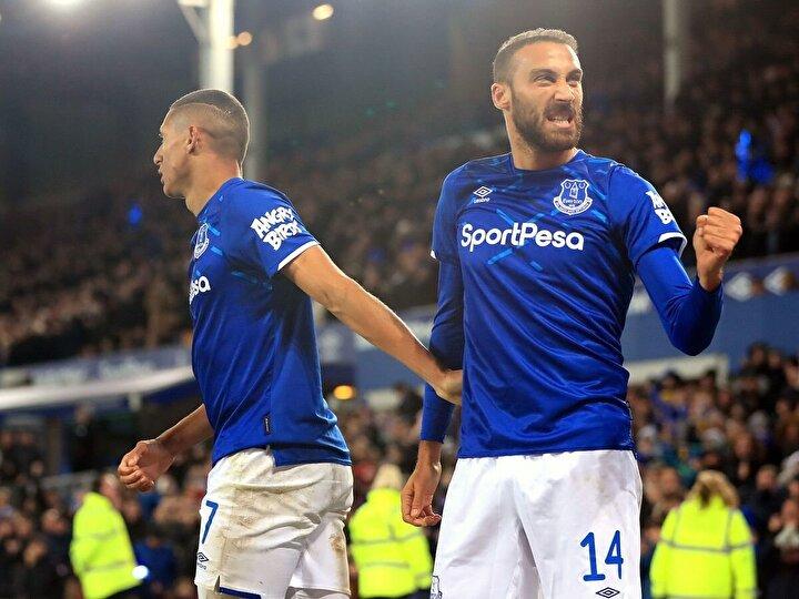 Everton forması giyen Cenk Tosun ise takımını ipten aldı. Evertonın Tottenham Hotspur ile 1-1 berabere kaldığı maça 68. dakikada Theo Walcottun yerine giren golcü oyuncu, 90+7de ağları havalandırdı. Cenk Tosun bu sezon Premier Ligdeki ilk golünü attı.