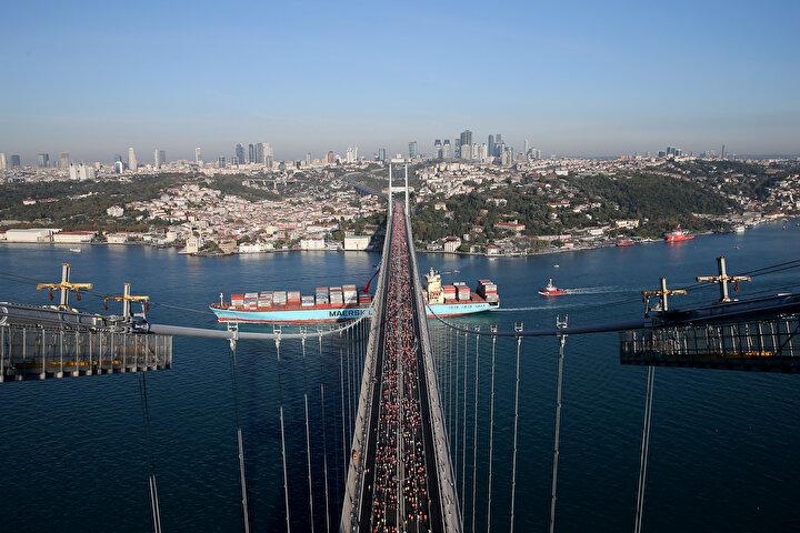 Maratonun 15 kilometre parkuru, Türkiye'nin en çok sporcu ile koşulan yol yarışı unvanını aldı.