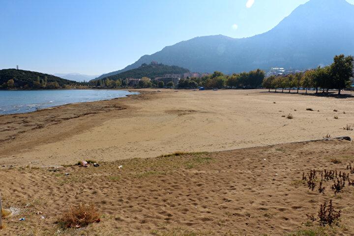 """Yetkililerin gölün kurumasıyla ilgili sebep olarak buharlaşmayı gösterdiğini anlatan Dr. Kesici, bu açıklamalara katılmadığını kaydetti. Gölde yıllardır buharlaşma olduğunu söyleyen Kesici, """"Seviye azaldıkça buharlaşma artar. Sadece yağışların azlığı nedeniyle kuruma periyoduna girmesi de söz konusu olamaz. Bu tür kuraklığın daha fazlası, daha önceki yıllarda da yaşanmıştır. Fakat o günlerde gölün doğal yapısına müdahale yok denecek kadar azdı. Günümüzde gölü besleyen dere, çay ve yüzey sularının önüne çok sayıda gölet-baraj yapımı ve HESlere su verilmesi nedeniyle, beslenmesi için gerekli su göle ulaşamamaktadır. Göl havzasında binlerce yasal olmayan kuyular bulunmaktadır diye konuştu."""