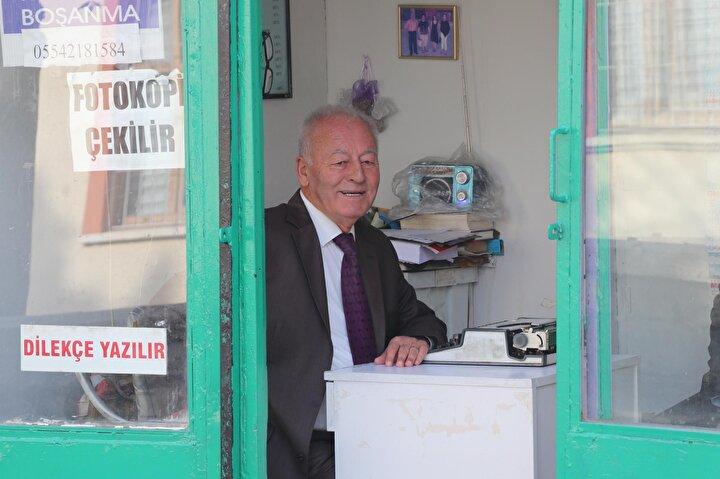 Emeklilik hayatını daktilosu başında çalışarak geçirdiğini ifade eden Konar, Mesleğimiz şu an can çekişiyor. Daha önce burada 7-8 kişiydik. Hepsi bıraktı. Sadece 2 kişi kaldık. Artık dilekçeler internetten kolayca temin edilebiliyor. Bazı günler müşteri bile gelmiyor...