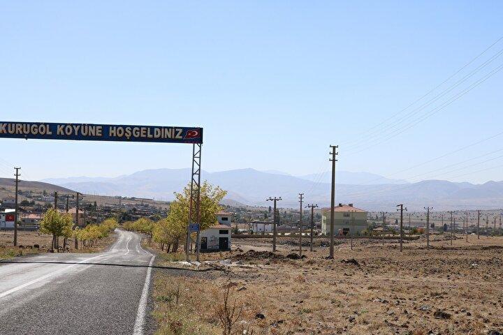 Köy sakinlerinden Emin Gül, Kurugölün nüfusunun 1980li yıllarda 3 binleri aşmasına karşın iş imkanlarının kısıtlı olması nedeniyle büyük şehirlere hızlı bir göç yaşandığını söyledi.