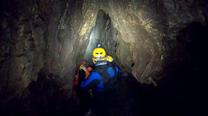 Oldukça soğuk suda göğüs hizasına kadar suya girilerek gezilen mağara, dar ve suyun aşındırmasıyla oldukça keskin kayalar içeriyor. Mağaranın ağzına tepeden hat döşeyerek inen ekip içerideki soğuk suyun etkisiyle biraz zorlandılar...