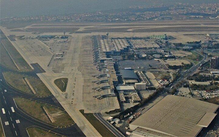 Türkiye'de hava ulaşımının ilk başladığı nokta olan ve milyonlarca yolcuya ev sahipliği yapan Atatürk Havalimanı kargo bölümün bir kısmı yıkılmaya başlandı.