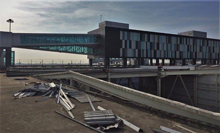 Yeni havalimanına büyük göçün ardından sivil kullanıma kapatılan Atatürk Havalimanı, havadan çekilen görüntülerinde uçakların yanaşmak için yer bulamadığı peronların tamamen boş olduğu görüldü.