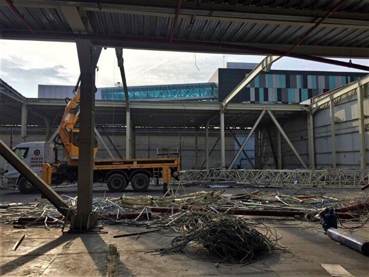 Havalimanında birkaç kargo uçağının olduğu pistin sonunda doğru olan kısmındaki kargo binasının bir bölümünün yıkılmaya başlandığı görülüyor.