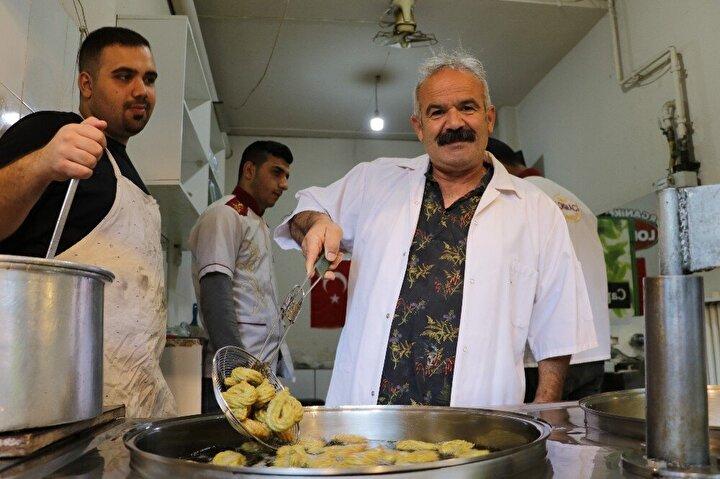 Dulkadiroğlu ilçesi İsmetpaşa Mahallesi'nde tatlıcılık yapan Mehmet Dilken, iş yerinde İzmir, Gaziantep, Hatay ve Kilis gibi kentlerde yoğun olarak tüketilen tatlı çeşitleri yapıyor.