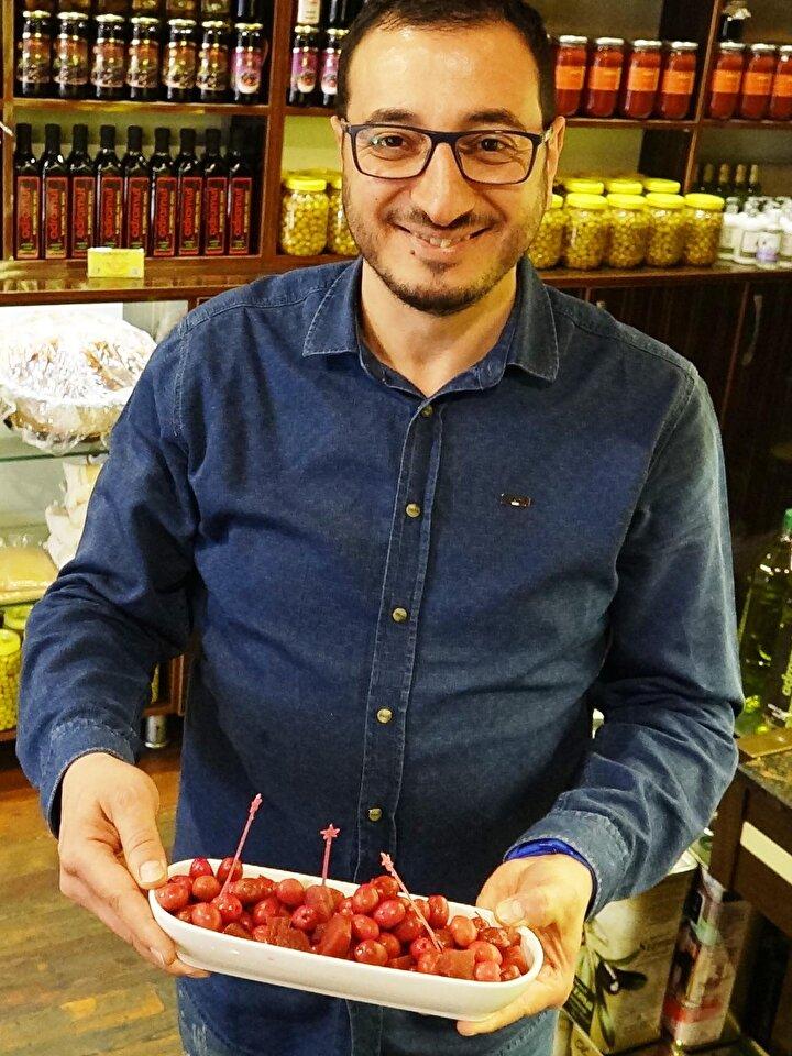 """Zeytinin salamura yapıldığı esnada içine konulan pancardan rengini aldığını söyleyen üretici Mehmethan Soykara, """"Pancarla zeytini buluşturduğumuz yeni ürünümüz ile gündemdeyiz.Pancarlı zeytin, pancar ve zeytinin birleşmesinden ortaya çıkan butik bir ürün..."""