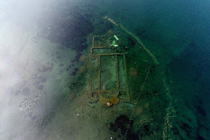 Bursanın İznik ilçesinde, göl kıyısının 20 metre açığında 1,5-2 metre derinlikte bulunan, bin 500 yıl önce Aziz Neophytos adına inşa edildiği belirlenen ve su altı arkeoloji müzesine dönüştürüleceği açıklanan bazilika, suların çekilmesiyle gölün yüzeyinde göründü.