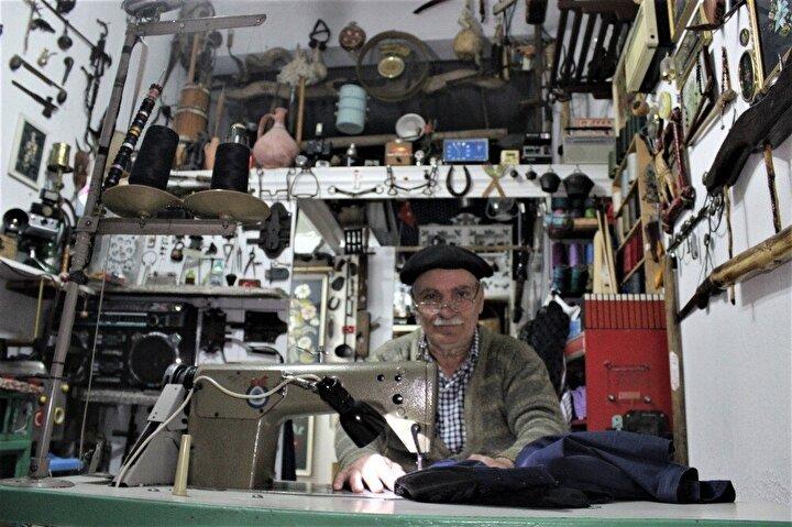 50 yıldır terzilik yapıyorum. 1969 yılında Türkiyeye geldik. Bursada 50 yıldır terzilik yapıyorum. Antika eşyalara ayrı bir merakım vardı 15 yıl önce toplamaya başladım. Bursada her pazar günü kurulan hurda pazarına giderek burada bende olmayan antika eşyaları toplayıp dükkanımda teşhir ediyorum. Gelen müşteriler çok şaşırıyor. Burada uzun vakit geçiriyorlar. Sadece burada sergilediğim antikaları görmek için gelen insanlar da var resim çekinip paylaşıyorlar. Dükkanımda 5 bin tane antika eşya var. Ölene kadar toplamaya devam edeceğim.