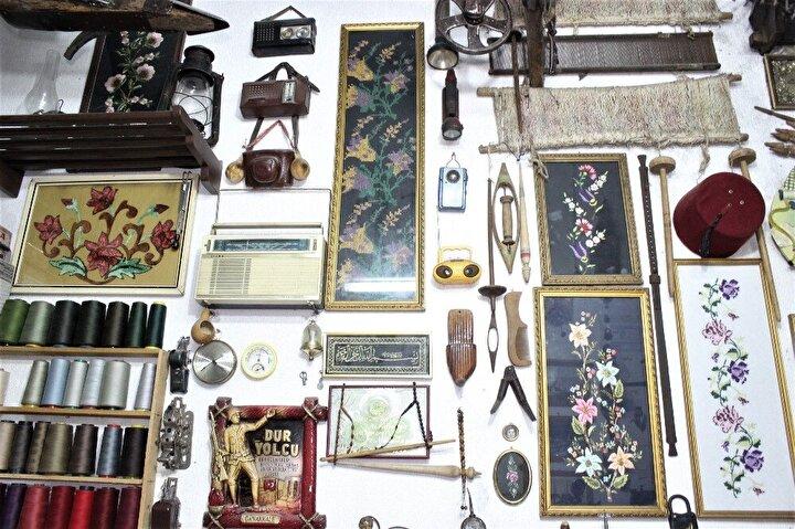 Dükkana gelen müşteriler gözlerini antikaları incelemekten alamıyor.