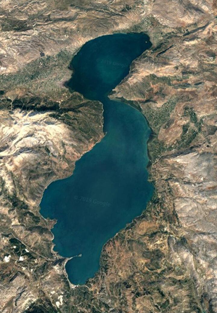 Eğirdir Gölünün tabandan yani yeraltından Beyşehir Gölü ile bağlantılı olduğunu belirten Dr. Erol Kesici, aşırı tarımsal sulama ve etrafındaki binlerce su kuyusu ve göletler nedeniyle beslenmesi engellenen Eğirdir Gölü gibi, Beyşehir Gölünün de aynı sorunları yaşadığı uyarısında bulundu. Tabandan bağlantılı olması nedeniyle de iki gölün yaşadığı su kaybının birbirini bileşik kaplar hesabıyla olumsuz etkilediğini kaydetti.