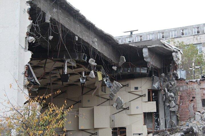 İstanbul Valiliği 5.8lik İstanbul depreminde hasar gören İstanbul Üniversitesi Çapa Diş Hekimliği Fakültesi'ne yönelik tahliye kararını açıklamıştı. Kararın ardından fakültede yıkım çalışmaları başladı.