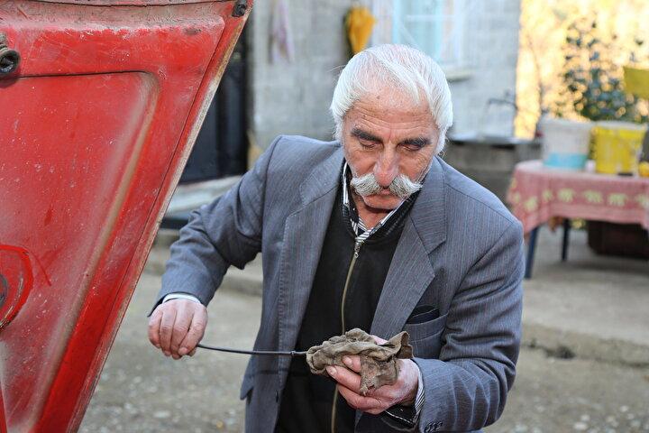 Anadol marka araba satın almanın çocukluk hayali olduğunu kaydeden Coşkuner, 1979 yılında İstanbula giderek o zaman 375 liraya aldım. Maaşımdan biriktirdiğim para yetmeyince eşimin altın zinciri vardı onu sattım. Aracı 40 yıldır kullanıyorum. Allaha şükür ciddi bir kaza geçirmedim. Suyunu, yağını, lastiklerini kontrol etmeden yola çıkmam dedi.