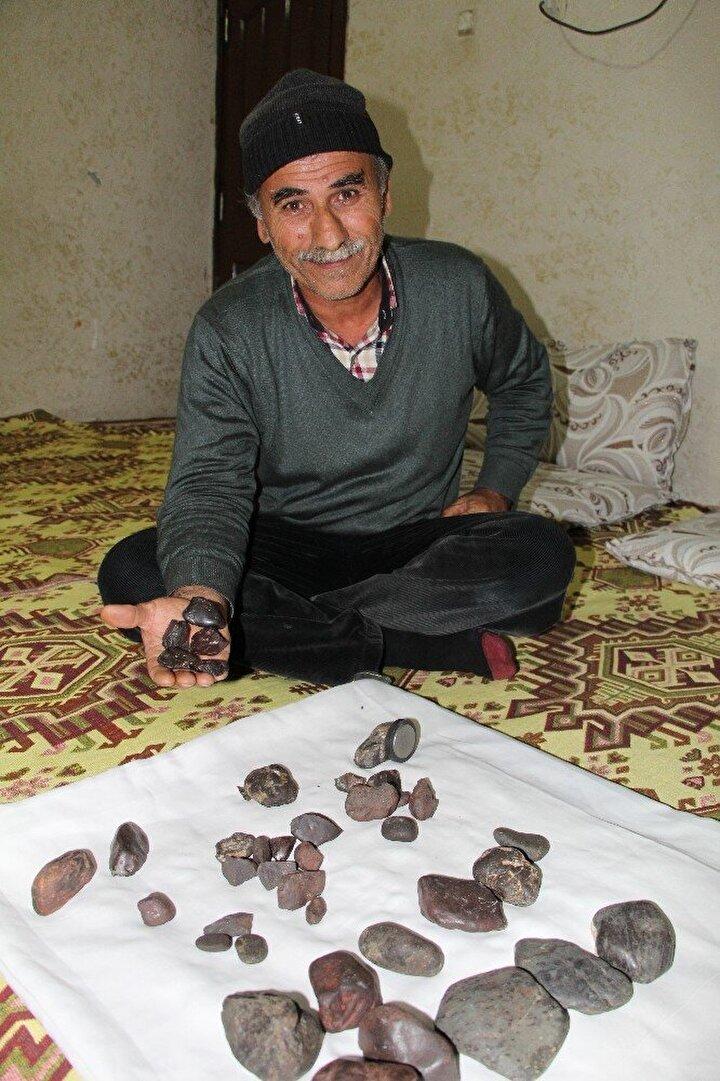 Yetkililerin araştırma yapmasını istiyorum. Arazimin 250 metre kare alan içerisinde mıknatıs ile kontrol etikten sonra topladım. İnternetten araştırma yaptım bu taşlar için 2 milyon dolar istiyorlar ama benim dolarla işim yok, benim Türk lirası ile işim var...