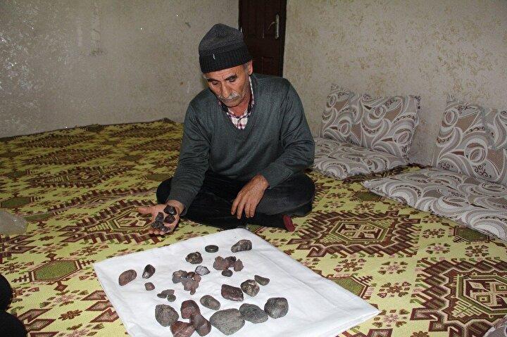 Toplam 7 kilogram ağırlığındaki taşları büyük bir dikkatle toplayıp evine götüren Köstek, göktaşı olduğunu iddia ettiği taşlar için 2 milyon lira istiyor.