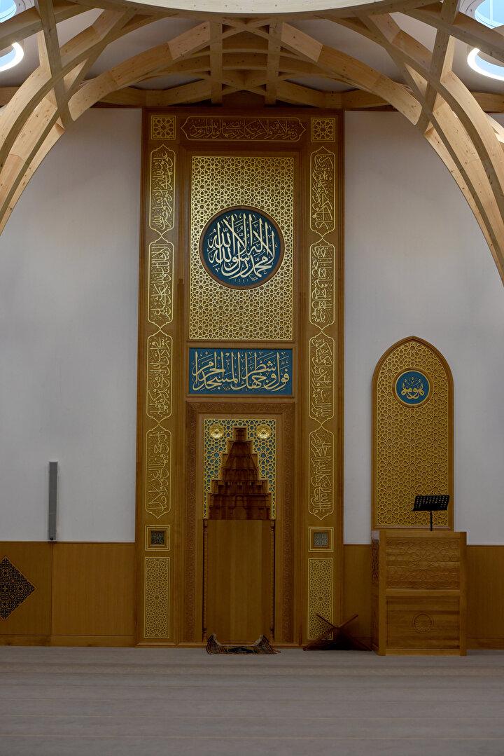 Kilise veya evlerden dönüştürülen dört mescit ihtiyaca cevap veremez hale gelince kentteki Müslüman öğrenciler, Cambridge Üniversitesi İslami çalışmalar öğretim görevlisi Dr. Timothy Wintera başvurdu.