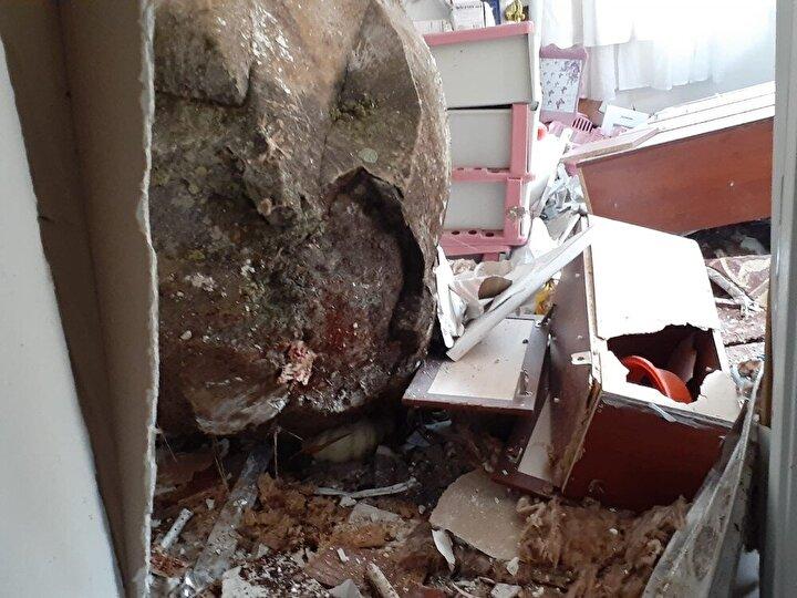 Düşen kaya önce duvarı deldi ardından salonu aşarak anne Dilek ile 7 yaşında oğlunun bulunduğu odaya kadar girdi.