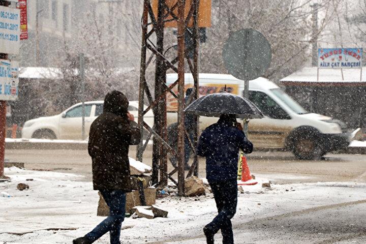 Bu yıl karın geç geldiğini belirten ilçe sakinleri, yağış nedeniyle mutlu olduklarını söyledi.