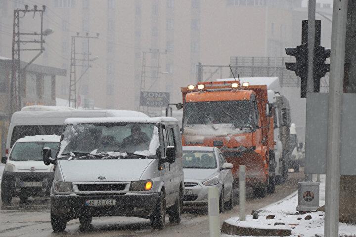 Kar yağışının hayatı olumsuz etkilediği ilçede, yetkililer özellikle yollarda oluşan buzlanmaya karşı sürücülere uyarılarda bulundu.