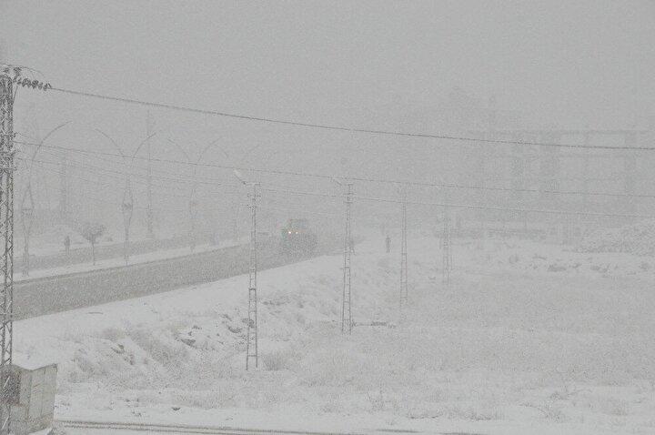 Yüksekovada günlerdir aralıklarla devam eden kar yağışı sabah saatlerinde şiddetini arttırmasıyla ilçeyi beyaza bürüdü.