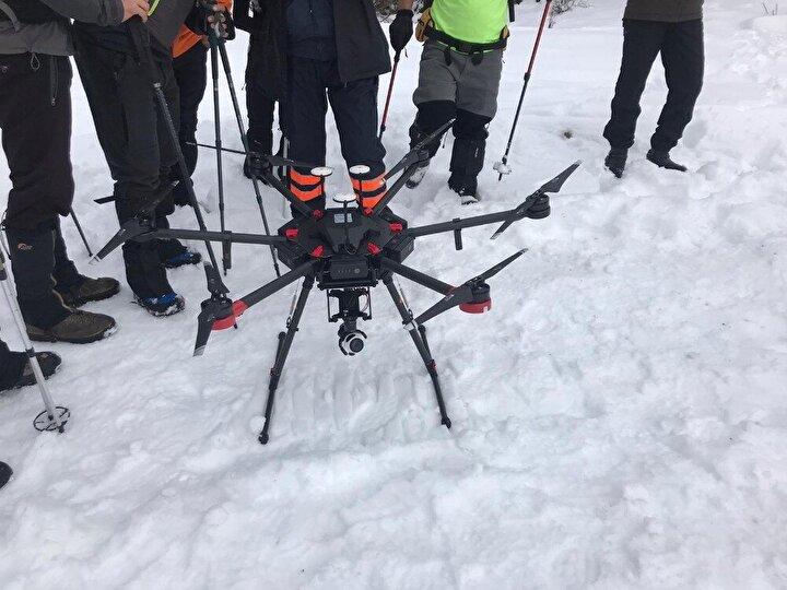 Uludağ'da yoğun kar yağışı ve sisli hava sebebiyle montun bulunduğu dere yatağında karadan arama çalışmalarına devam edilirken, bölgeye özel savunma sanayinde üretilen termal görüşlü drone gönderildi. Bu dronenin Türkiye'de tek olduğu ve büyük doğa olaylarında kar altını, toprak altını ve su altını görebildiği öğrenildi.