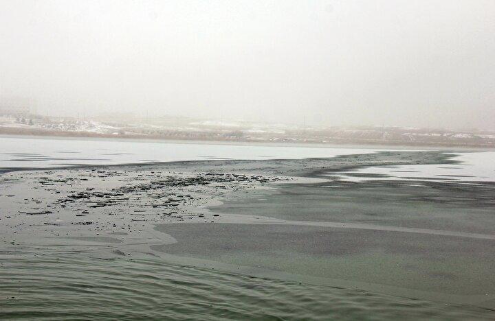 Göl çevresindeki restoran sahipleri ise kayıklarıyla gölün bazı kısımlarındaki buzları kırarak açık alan oluşturmaya çalıştı.