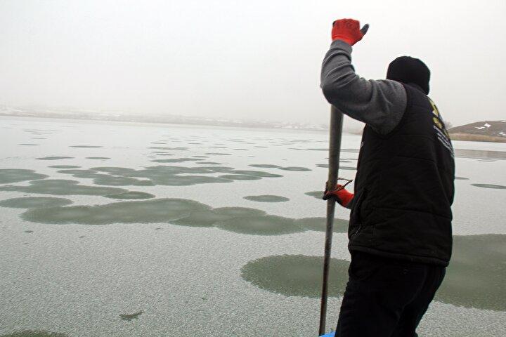 Yüzeyi buz tutan göl, ziyaretçilerin ilgi odağı oldu.