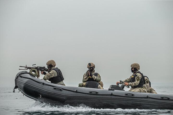 Bot üzerinde operasyonel faaliyet icra edebilen timler, keskin nişancılıkta da gıptayla bakılan askerler arasında yer alıyor. Deneyimli askerlerden oluşan deniz piyadeleri, gözle görülmesi güç olan uzak hedefleri vurabiliyor.