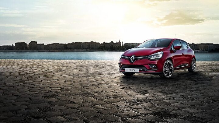 Renault    Türkiyede otomobil ve hafif ticari araç toplam satışlarında geçen yılı lider kapatan Renault, aralıkta, hurda araç teşvikli Clio HB modelini 74 bin 900, Megane Sedan modelini de 105 bin 900 liradan başlayan fiyat ve yüzde sıfırdan başlayan faiz fırsatıyla tüketicilerin beğenisine sunuyor.    Firma ayrıca aralık ayına özel yerli üretim Clio HB, Clio Sport Tourer ve Megane Sedan model araçlar için Otomotivde Yerli Üretime Özel Taşıt Kredisi Kampanyası kapsamında 36 ay taksit ve yüzde 0,69 faizli 50 bin lira kredi avantajı sunuyor.   Hafif ticari araçlarda da 31 Aralıka kadar geçerli kampanya yapan Renault, Kangoo Express modellerinde liste fiyatı üzerinden 6 bin, Kangoo Multix, Master, Yeni Master ve Trafic ailesinde liste fiyatı üzerinden 4 bin 500 lira indirim uyguluyor.