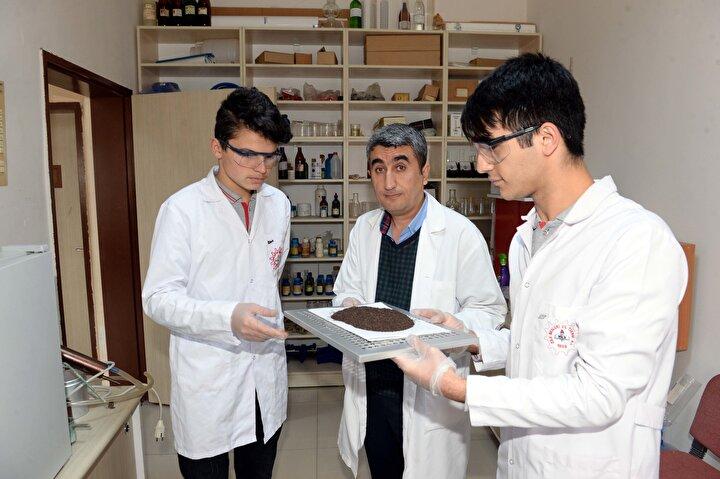 Kimya öğretmeni Doğanay,nternette çay üzerine araştırma yaptıklarında, Türkiyede yılda kişi başına 3,5 kilogram çay tüketildiğini gördüklerini anlattı.