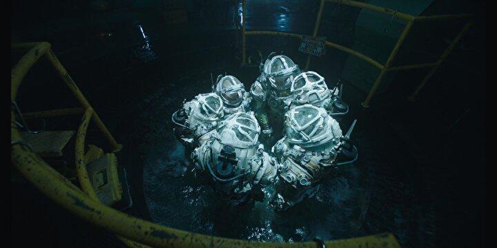 Derin Sular, deprem sonucu yeraltındaki laboratuvarları yıkılan araştırmacı bir sualtı mürettebatının, güvenliği sağlamak için verdikleri ölüm kalım savaşını konu ediyor.