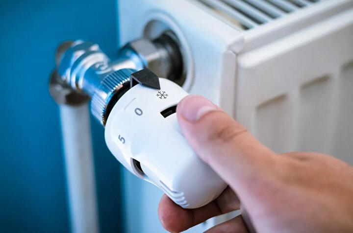 Sıcak suyun radyatöre geçişini kısarak, kombinin daha az çalışmasını sağlayabilirsiniz.