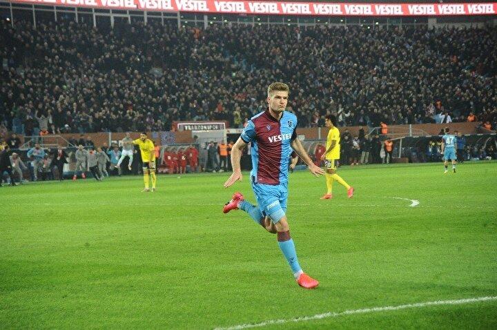 Müthiş oynayan bir santrfor, Sörloth hakikaten harika oynadı. Fenerbahçe deplasmanda hiç girmediği kadar gol girişimi ve pozisyon buldu. Aslında ezici bir oyun üstünlüğü yoktu maçta, Fenerbahçenin hata yapmasını bekledi Trabzon.