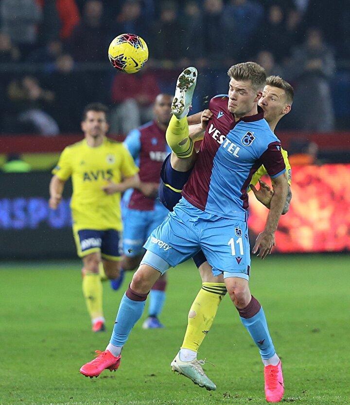 Trabzonspor bugün iyi oynamadı, mücadele etti. Ozanı sağ öne koydun, Trabzonspor 10 kişiyle savunma yaparak ceza alanını kalabalık tutuyor. Ozan da ortaya geldi, kalabalıklaştı.