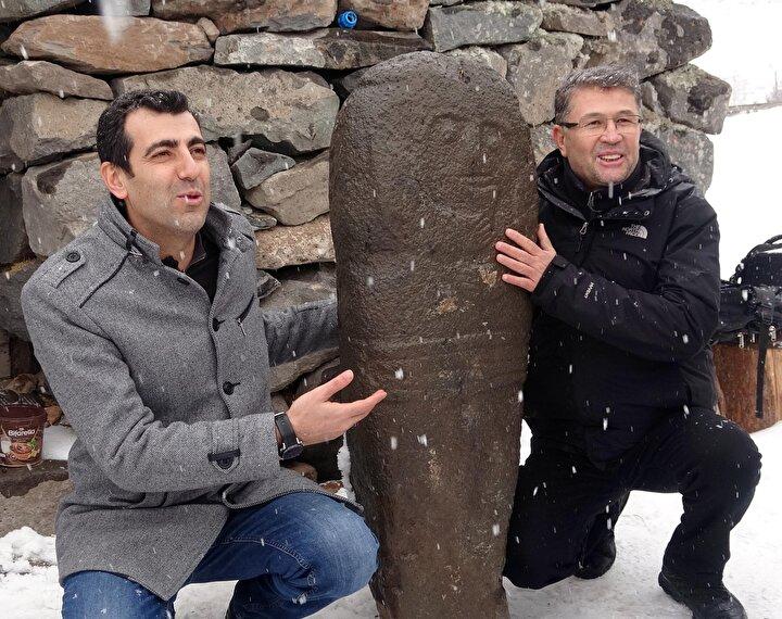 Aytaç Alvere ait evin önünde bulunan heykeli inceleyen Prof. Dr. Osman Mert, taşbaba heykelinin Asyada bulunanlar ile aynı olduğunu kaydetti.
