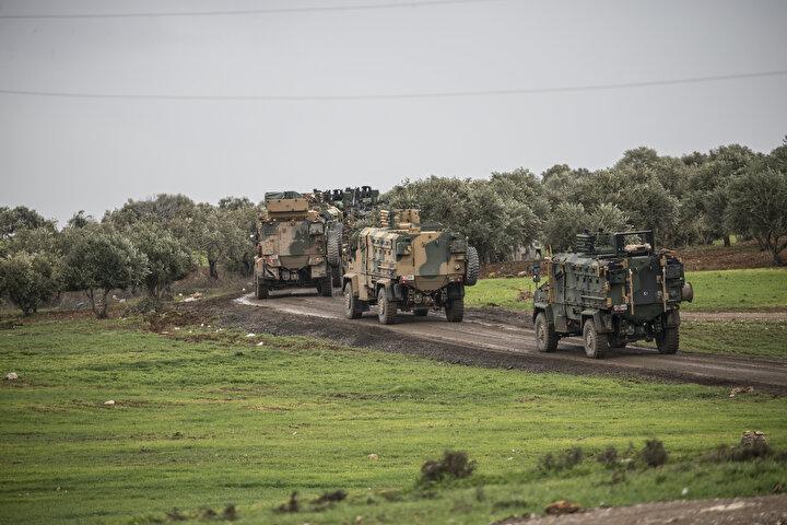 Türkiyenin farklı birliklerinden takviye amaçlı gönderilen komando ve mühimmatı taşıyan askeri araçlar, Hatayın Reyhanlı ilçesine ulaştı.