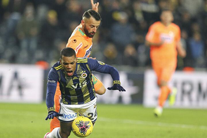 El açık çarpıyor, arkada iki Fenerbahçeli oyuncu var. Serkan Tokat, ne demedin de gelmedi hakem. Bu pozisyonlar ile ilgili Şu farklılık var desin biri. Mustafa Pektemek ve Jailson. Aynı pozisyon, aynı maçta denk geliyor. Aynı hakem ve aynı VAR.