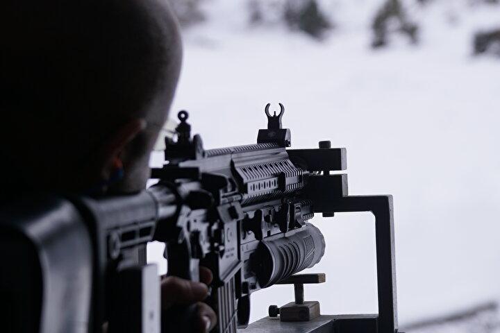 Çatışma bölgelerinde etkin kullanılacakDayanıklılığıyla ön plana çıkan AK40-GL bomba atar, 5 bin atışlık uzun ömürlü namlusu ve 400 metre kusursuz menziliyle rakiplerine üstünlük sağlıyor.