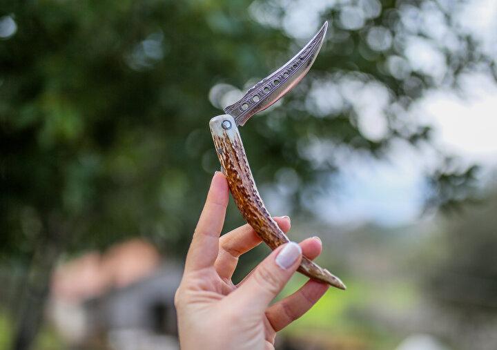 Deniztepe Mahallesinde oturan Durmuş Usta (60), yaklaşık 46 yıldır, el emeği göz nuru bıçaklar yapıyor. Evinin yanındaki kulübeyi atölyeye çeviren Usta, ünü dünyaya yayılan Serik bıçaklarını el işçiliğiyle ortaya çıkartıyor.
