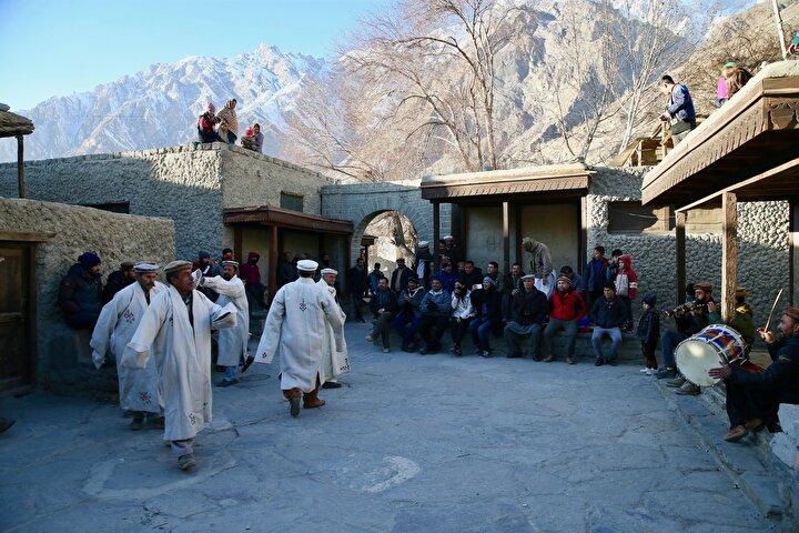 İpek Yolunun geçtiği bu coğrafyada Orta Asya halklarıyla da ilişki içinde yaşayan Hunzalıların bu nedenle Türklerle akraba olabileceği de iddia ediliyor.