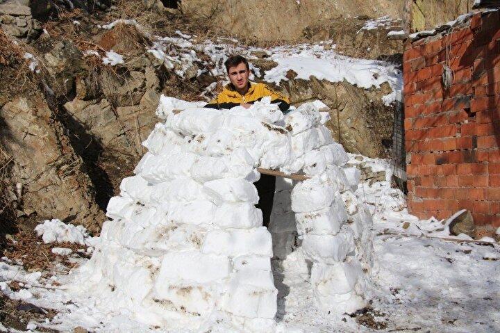 Oltu ilçesi Halitpaşa Mahallesinde oturan Anadolu Lisesi 10uncu sınıf öğrencisi Umutcan Kul karı eğlenceye çevirdi.