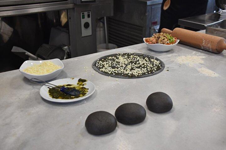 Suzan Özen ise, Siyah hamurlu pizzayı ilk kez denedim. Hamurunda mürekkep balığının sıvısından yapılması çok ilgi çekici dedi.