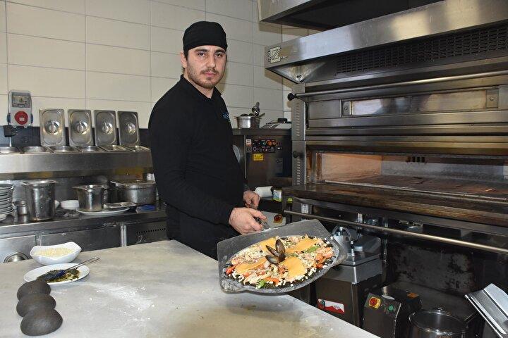 İşletme sahiplerinden Zeyid Uran, siyah renkli pizzada herhangi bir boya veya kimyasal ürün kullanmadıklarını ifade ederek, şu şekilde açıklamada bulundu: