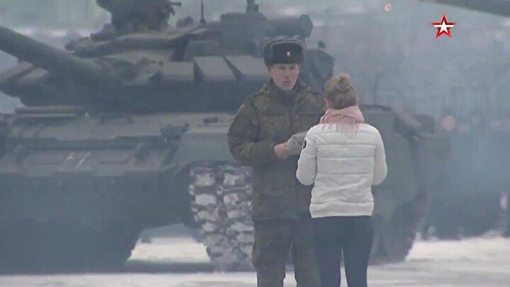 Genç askerin 'tanklı teklifi' ile ilgili görüntüler Rus ordu kanalı Zvezda tarafından yayınlandı.