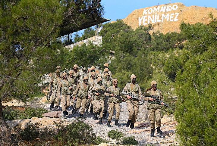 Foça Jandarma Komando Okulu ve Eğitim Merkezi Komutanlığında tamamı gönüllü kadın astsubaylardan oluşan jandarma komandolar, 2019un eylül ayında başladıkları 20 haftalık kursu tamamladı.