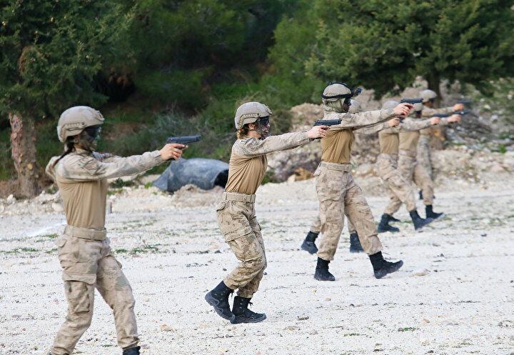Jandarma Astsubay Çavuş Su Yıldız ise kadın komando astsubaylar olarak bayrağın dalgalandığı her yerde görev almak için hazır olduklarını söyledi.