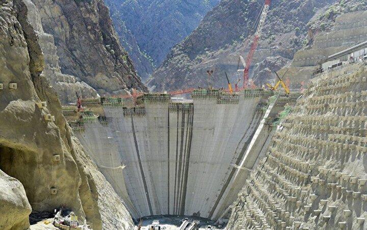 Devlet Su İşleri (DSİ) Genel Müdürlüğü tarafından inşa edilen Yusufeli Barajı ve Hidroelektrik Santralı (HES) Projesi'nde baraj gövde betonu dökülmesi çalışmalarının hız kesmeden devam ediyor. Tamamlandığında ülkemizin en yüksek barajı unvanını alacak Yusufeli Barajı'nda gövde 184 metre yüksekliğe ulaşıldı. Baraj genelinde yüzde 72'lik fiziki gerçekleşme sağlanırken, dökülen gövde beton miktarı ise 2.562.000 metreküp seviyesi ulaştı.